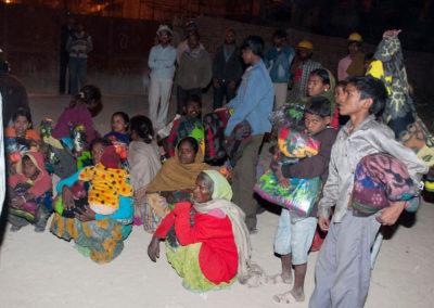 Kids _ adults getting blankets, Delhi, Noel09